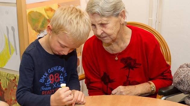V domě seniorů v Jabloneckých pasekách zdobili ve čtvrtek 12. prosince senioři cukroví s dětmi z Mateřské školy Pohoda