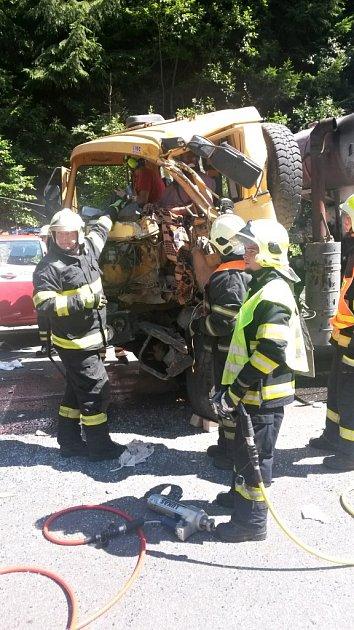 Kvážné dopravní nehodě nákladního automobilu a autobusu došlo dnes krátce před půl druhou na silnici I/10 mezi Kořenovem a Tanvaldem.