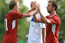 Česká reprezentace do 21 let porazila Mšeno 5:1. Ladislav Krejčí a Josef Hušbauer oslavují branku v síti Mšena.