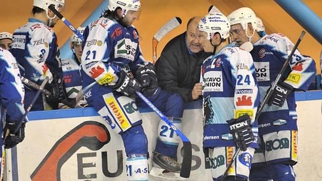HC Vlci. Trenér Ivo Svatoš (uprostřed) uděluje pokyny svým svěřencům.