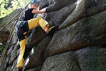 NA SKÁLE JE POTŘEBA DODRŽOVAT ZÁSADY. Horolezectví je pak relativně bezpečný sport. Ilustrační snímek.