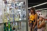 Lidé si vybírají šperky na výstavě Křehká krása v areálu jabloneckého Eurocentra.