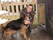 Z lučanského útulku Dášenka putoval na základě rozhodnutí krajské veterinářky šestnáctiletý pes zpátky k majitelce. K pochybení z její strany sice došlo ale ne tak závažnému, aby jí pes nemohl být opět vydán. Na snímku Dagmar Kubištová předává psa do nové