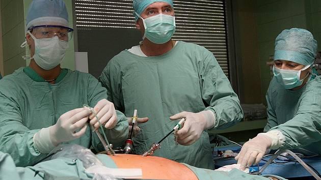 Laparoskopická operace nádoru na nadledvince, kterou dělá velmi málo podobných pracovišť. Na snímku operuje primář Jaroslav Všetička s doktorkou Renatou Matějkovou (vlevo).
