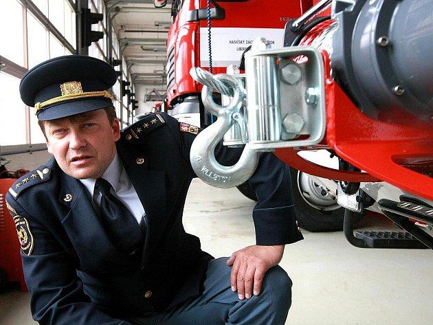 Naviják na nárazníku zásahového vozidla je robusní a váží 69 kilogramů. Na snímku jej představuje ředitel profesionálních hasičů v Jablonci Petr Bartoň.