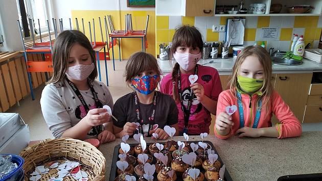 Děti, rodiče i pedagogové napekli pro zdravotníky.