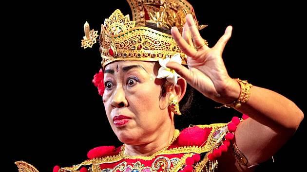 SLAVNÁ BALIJSKÁ TANEČNICE I Gusti Agung Ayu Oka Partini ve čtvrtek v jabloneckém Eurocentru předvedla dva tance – Bayan Nginte a Wiranata.