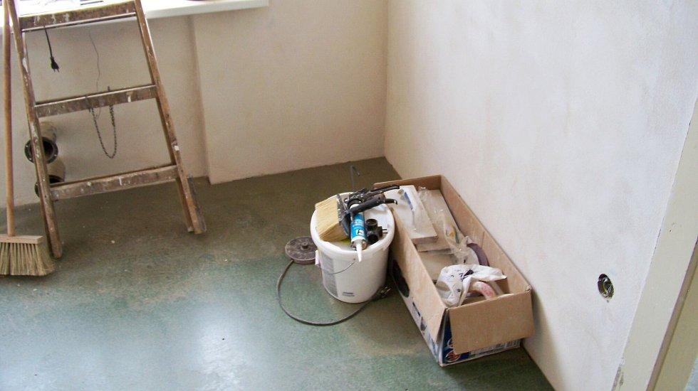 V Jablonci opravují řemeslníci první ze skoro osmdesáti zanedbaných městských bytů.