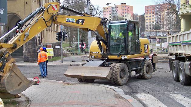Práce na výstavbě dešťové kanalizace v centru Jablonce na křižovatce Budovatelů a Poštovní.