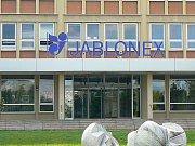 Provoz Jablonex Group v Zásadě, před představením sezónní kolekce, ukázalo vedení společnosti médiím a partnerům. Exkurze prošla všemi pracovišti, počínaje skladem polotovarů dovážených z provozu v Desné, a konče posledními úpravami rokajlu a šmelcu.