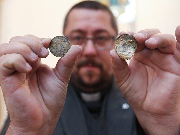 Krejcary z 18. století, ale i koruny z 50. let ukrývala rynoltická schránka