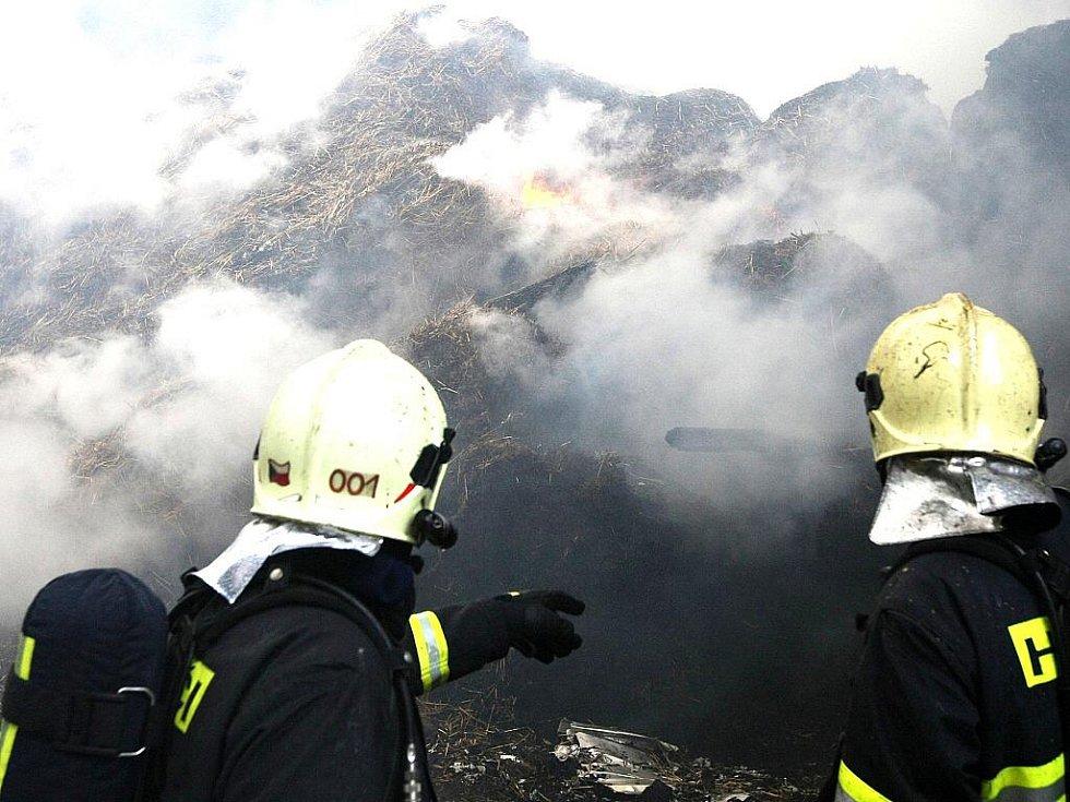 Kolem nedělního poledne vypukl požár v jízdárně v Liberci – Růžodol I. K požáru se sjelo několik profesionálních a dobrovolných hasičských sborů. Hořelo ve skladu sena. Všechna zvířata se podařilo z objektu vyvést ven a zachránit jim životy.