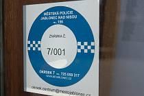 Nálepky Městské policie Jablonec mají zjednodušit dohledání majitelů objektů, když je potřeba jejich přivolání. Například při vloupání, a nebo požáru.