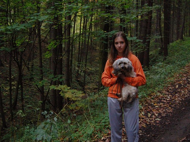 Bernadeta Žilková s fenkou Sárou stojí nad roklí, odkud se podařilo zachránit 81letou ženu, která se vypravila do lesa za houbami.