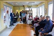 Vernisáž výstavy Aleše Valáška, Od Návrhu k Premiéře, která patří do projektu Pomáhejme uměním, proběhla 26. května na oddělení následné péče v Krasjké nemocnici Liberec za účasti autora, vedení nemocnice a členů opery Divadla F. X. Šaldy.
