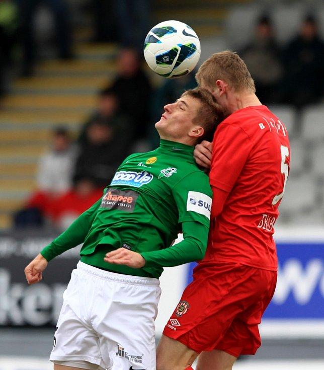 Jablonec porazil doma Brno 2:0. Na snímku Jan Pázler z Jablonce a Jakub Brabec z Brna.