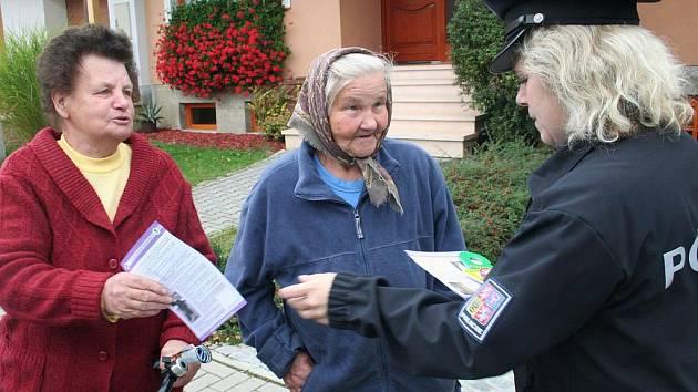 Policisté se snaží seniory před podvodníky varovat mnohdy přímo na ulici. Tak jako v obcích na Slovácku.