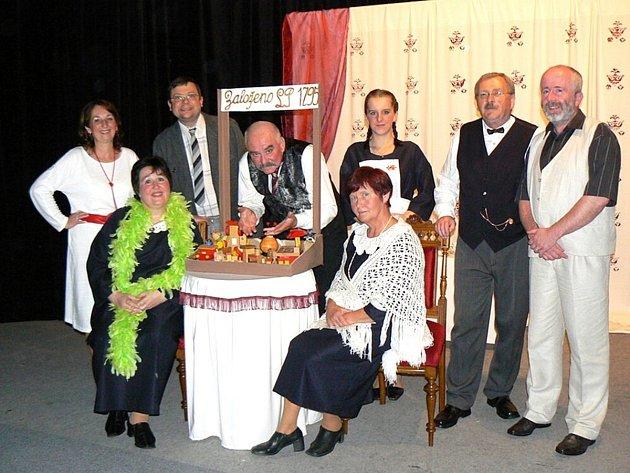 Divadelní soubor J. K. Tyl Josefův Důl ve společenské veselohře hry Olgy Scheinpflugové Houpačka
