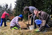 Příprava děr pro pilíře probíhala loni na podzim.