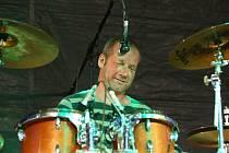 Hudbu Jasné Páky žene zezadu bubeník David Koller.