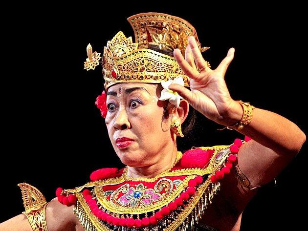 10. ROČNÍK VELETRHU CESTOVNÍHO RUCHU EUROREGION TOUR 2010. Na pozvání CK Viavera přijela do Jablonce u této příležitosti tančit slavná balijská tanečnice I Gusti Agung Ayu Oka Partini.