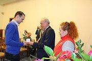 Dobrovolní dárci krve si ve středu 15. listopadu 2017 převzali na radnici stříbrné a zlaté medaile Dr. Janského za 20 a 40 bezplatných odběrů.