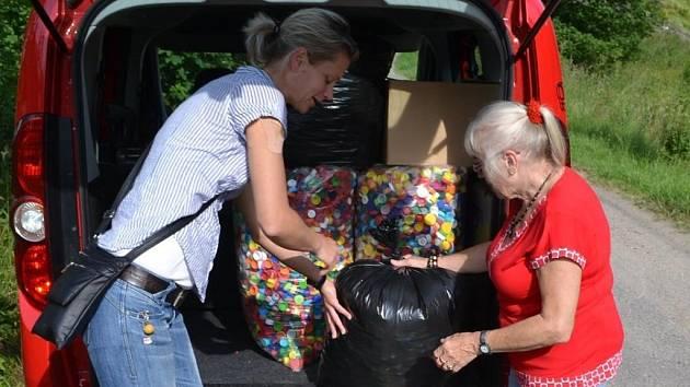 Dagmar Holanová (vpravo) předává mamince Barborky víčka shromážděná v útulku Dášenka v Lučanech.