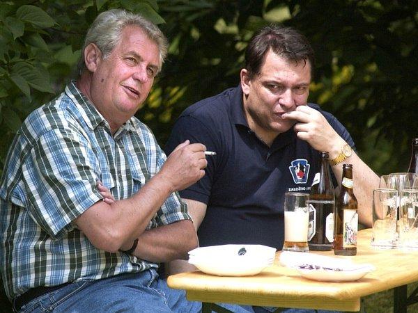 16.7.2005 Miloš Zeman, jako důchodce zVysočiny, přijel do Horního Maxova vJizerských horách podpořit Jiřího Paroubka před parlamentními volbami. Navštívil jeho chalupu, hodovali venku.