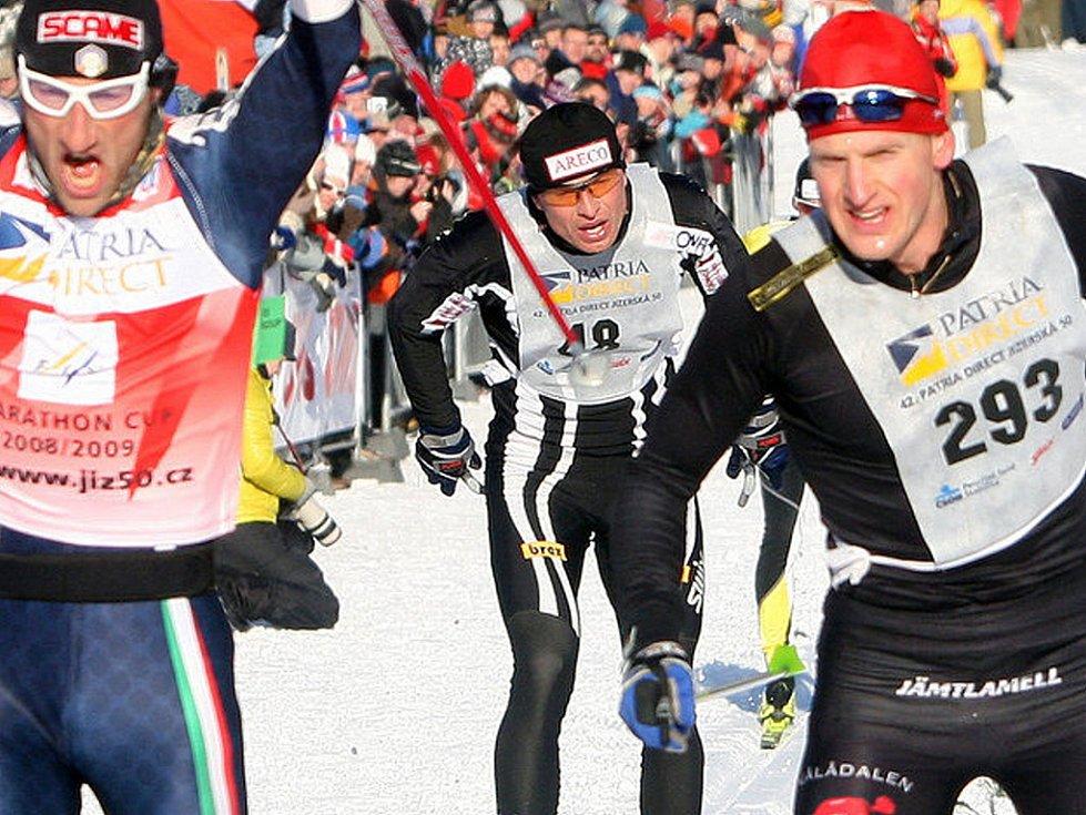 V neděli v devět hodin ráno odstartoval Václav Klaus 42. ročník Jizerské padesátky. Na startu se sešlo přes čtyři tisíce lyžařů, kteří vyrazili za ideálních podmínek do stopy. Na snímku uprostřed Standa Řezáč, který zdolal trať jako třetí.