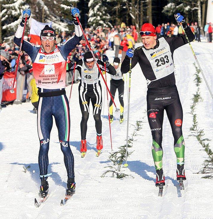 V neděli v devět hodin ráno odstartoval Václav Klaus 42. ročník Jizerské padesátky. Na startu se sešlo přes čtyři tisíce lyžařů. Na snímku vlevo vítěz Marco Cattaneo z Itálie před Švédem Jerrym Ahrlinem a naším Řezáčem.