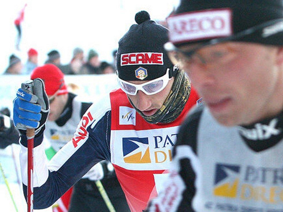 V neděli v devět hodin ráno odstartoval Václav Klaus 42. ročník Jizerské padesátky. Na startu se sešlo přes čtyři tisíce lyžařů, kteří vyrazili za ideálních podmínek do stopy. Na snímku vítěz Ital Marco Cattaneo v závěsu za Řezáčem.