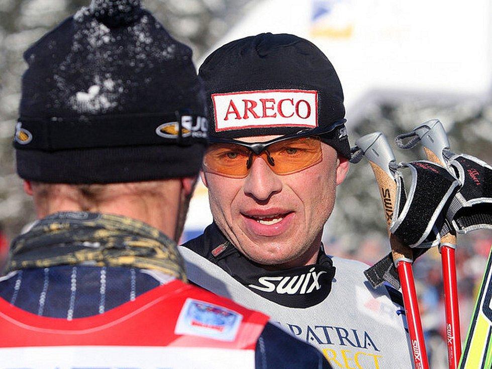 Na snímku Standa Řezáč, který zdolal trať Jizerské 50 2008 jako třetí, gratuluje vítězi.
