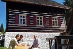 LIŠČÍ BOUDA NA KRISTIÁNOVĚ je po roce znovu otevřená. Chalupu z 18. století vlastní Muzeum skla a bižuterie v Jablonci, které ji nechalo celou zrenovovat za jedenáct milionů korun, které poskytlo ministerstvo kultury. Uvnitř je tak zbrusu nová expozice o