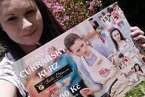 Anna Klápšťová s poukázkou na cukrářský kurz, kterou dostala jako dárek od své rodné obce.