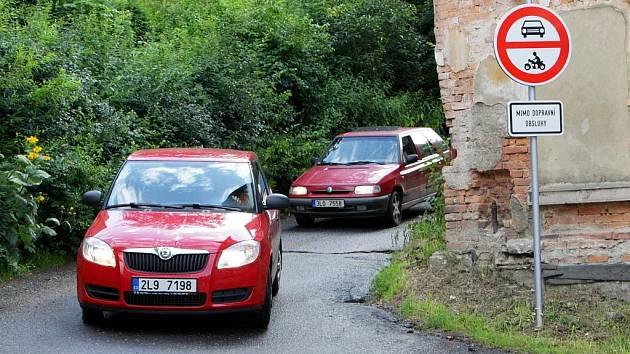 Na řidiče, kteří nerespektují zákaz vjezdu do Lučanského lesa, se zaměřují policejní hlídky.