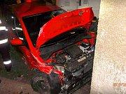 Zdemolované auto mezi vlakem a betonovými sloupy. Řidič naštěstí stihl vystoupit, nikdo jiný s ním nejel. Foto: