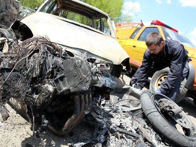 Motorkář zahynul při nebezpečném předjíždění v zatáčkách u Železného Brodu. Motocykl Yamaha a zcela nová Škoda Fabia lehly popelem.