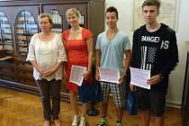 Zachránit životy dvou dětí pomohli žáci Martin Bartoš, Matěj Hulík a učitelka Barbora Jarolímová. Na snímku s krajskou radní Alenou Loosovou.