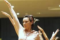 Taneční dílny se v jabloneckém Eurocentru konají pravidelně a vždy je mezi účastníky velký zájem.  Na snímku hodina s týdenní akce s názvem Léto tančí, která se pravelně koná první týden v červenci.