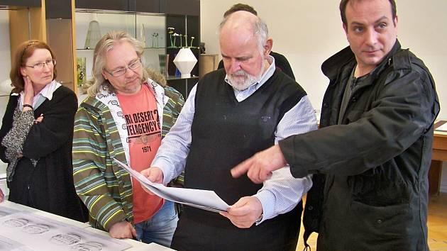 Jiří Rückl (s papíry v ruce) vybírá návrhy.