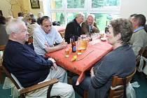 Členové Českého klubu olympioniků – regionu severní Čechy se setkávají několikrát za rok. Foto z dubnového setkání v Bedřichově