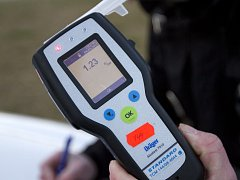 Měřící přístroj na alkohol v dechu - ilustrační snímek