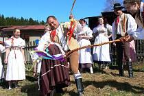 Členové jabloneckého folklorního souboru Šafrán se na pondělní koledu v roce 2009 vypravili v krojích. Nejprve obešli své sousedy, aby pak po poledni společně usedli k prostřenému stolu.