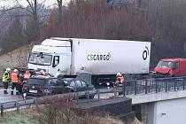 U Dolánek na Turnovsku se střetla hned čtyři vozidla.