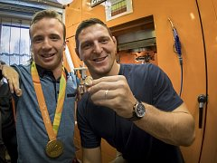 Olympijský vítěz z Ria de Janeiro judista Lukáš Krpálek a vítěz paralympiády plavec Arnošt Petráček mají mince s vlastním portrétem. Do zlata si je osobně vyrazili v České mincovně v Jablonci nad Nisou.