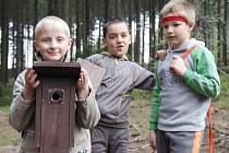 Děti z Nové Vsi vyrazily věšet do lesa budky pro ptáky.