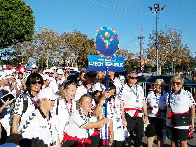 Českou republiku reprezentovalo v Los Angeles šedesát sedm handicapovaných sportovců. Janě Broulíkové z TJ Seba Tanvald, oddílu handi, (dolní řada, druhá zleva) se dařilo v gymnastice.