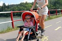 in-line dráhu u jablonecké přehrady využívají i maminky s dětmi