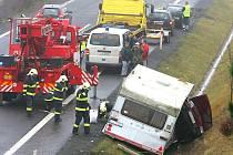 Na jedenačtyřicátém kilometru rychlostní silnice R 35 (E 442) ve směru z Hodkovic na Turnov došlo v úterý po poledni k nehodě. Osobní vůz Felicia, táhnoucí obytný přívěs, skončil ve škarpě.