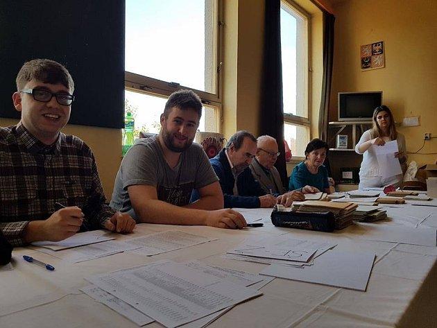 Příprava volební místnosti vGymnáziu UBalvanu, Jablonec nad Nisou.